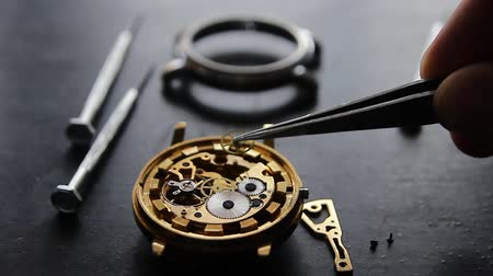 точность : Watchmaker is repairing the mechanical watches in his workshop Стоковые видеозаписи
