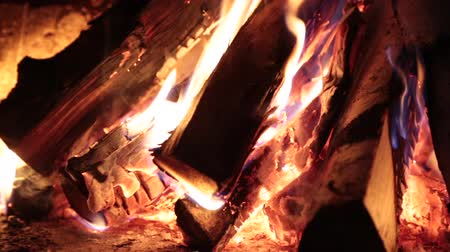 ardente : Burning firewood in the fireplace.