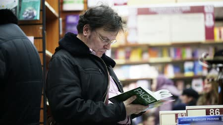 profesor : MOSCOW - FEBRUARY, 21: Professor studies the book about races in bookstore in Moscow Wideo