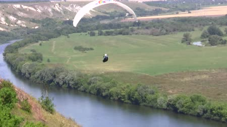 paraglider flies in the sky over the Cretaceous mountains Dostupné videozáznamy
