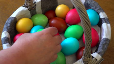 православие : Basket with multi-colored Easter eggs Стоковые видеозаписи