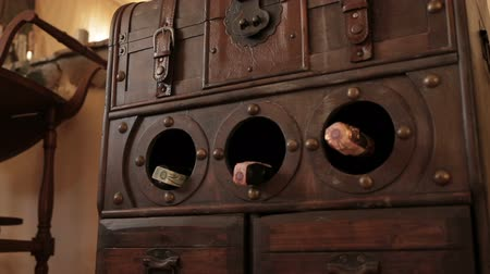 trumna : Decorative open the chest for storing wine bottles in the stores background Wideo