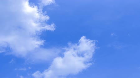 único : Beautiful white clouds  in time lapse over a deep blue background. Timelapse.