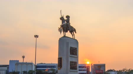 reclináveis : Bangkok , Thailand - 17 January, 2018: Time lapse of King Taksin statue at Wongwainyai circle