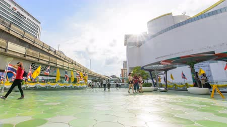 siamês : Bangkok , Thailand - 12 June, 2019 : Time lapse of  Walkway between Bangkok Art & Culture Centre and MBK shopping center