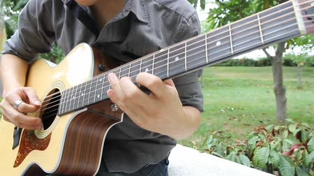 akord : Musician playing guitar in the park