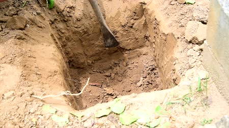 основной : The man use crowbar dig the soil for pillar