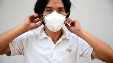 biznesmen : A asian man review to wear N95 mask