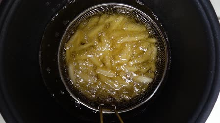 pronto a comer : Deep fried potatoes in boiling oil. Par. Preparation of raw potatoes.