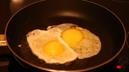 жарить : Close up view of the fried eggs  Eggs fried in a pan