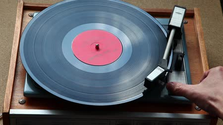 jogador : Vinyl record played on turntable close-up, shallow depth of field Vídeos