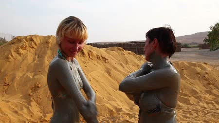 bahno : People are coated with mud from the Dead Sea. Dostupné videozáznamy