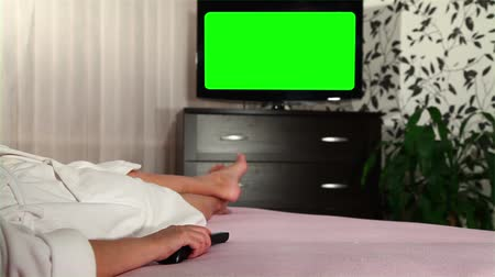 assistindo : Woman watches green screened TV