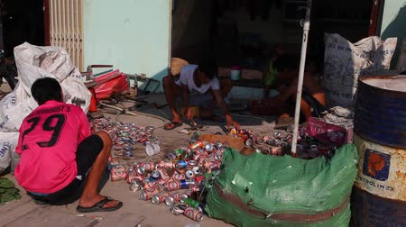 yoksulluk : People try to earn money collecting empty cans. Stok Video
