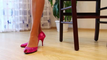 ayakkabı : Young Woman Wears Shoes On High Heels Stok Video