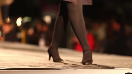pist : Model walks the runway, shoes close-up in fashion house