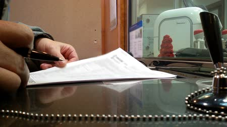 банк : Man in the banks office reading a contract. Close-up.