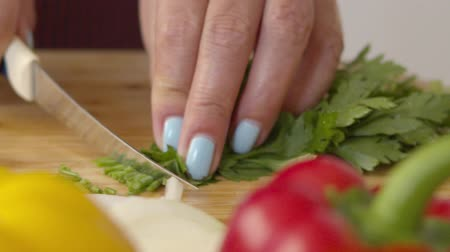 укроп : Close up cook cuts parsley on a cutting board.