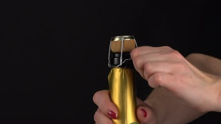 estalo : The girl opens a bottle of champagne wine. Fires cork. Slow motion Vídeos