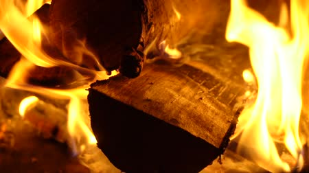 grelha : Wood burning in the barbecue night. Slow motion