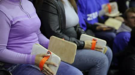 forma : Fans at the stadium slam with wooden planks Vídeos