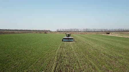 タンクトップ : Ukraine, Dnipro - 10 April, 2018: Tractor Belarus makes fertiliz