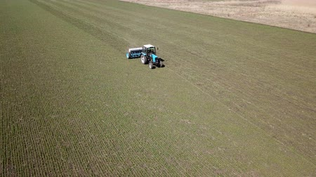 suplementy : Ukraine, Dnipro - 10 April, 2018: Tractor Belarus makes fertiliz