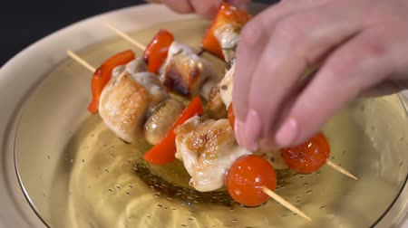 シシカバブ : Take a plate of chicken skewers. Slow motion 動画素材