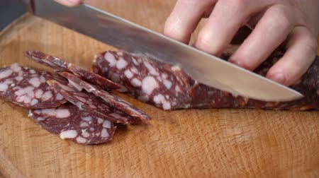 salame : The cook cuts a knife smoked sausage Vídeos