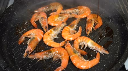câmara : Shrimps in a pan watered with soy sauce. Slow motion