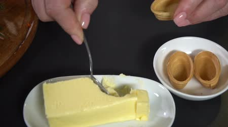 kaviár : In waffle tartlet smear butter. slow motion