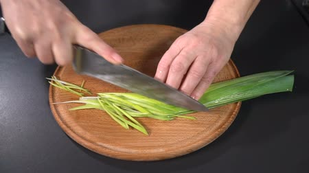 pırasa : Cut leek on a cutting board. slow motion Stok Video
