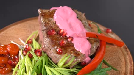 rajčata : Grilled steak watered in sauce. slow motion