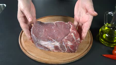 schab : Put the meat on a cutting board. slow motion
