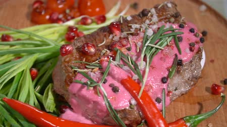 cielęcina : Ready steak on the holiday table. slow motion Wideo
