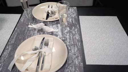 festividades : Served festive table with glasses. slow motion