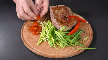 столовые приборы : Steak served with leeks and hot peppers. slow motion