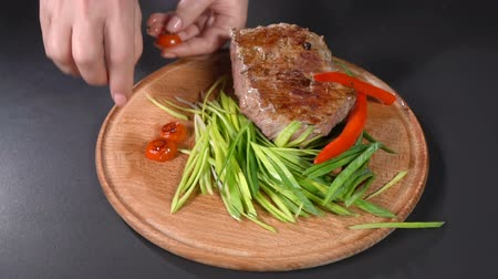 pronto a comer : Steak served with leeks and hot peppers. slow motion