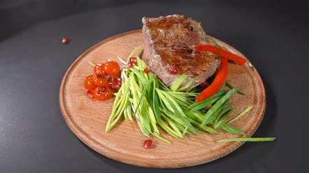 telecí maso : Steak served with leeks and hot peppers. slow motion