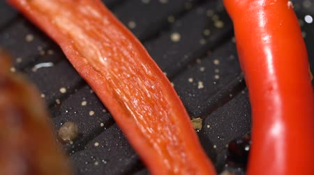 lombo : Prepare steak with hot peppers in a pan. slow motion Stock Footage