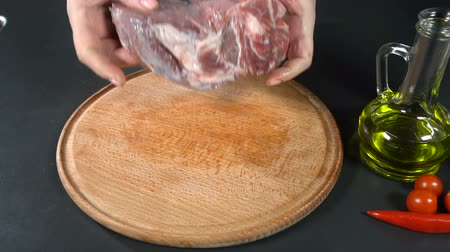 pimentas : The cook takes the meat in hand. slow motion