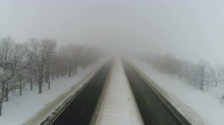 winterbanden : De weg van de winter in de mist. Luchtvideo