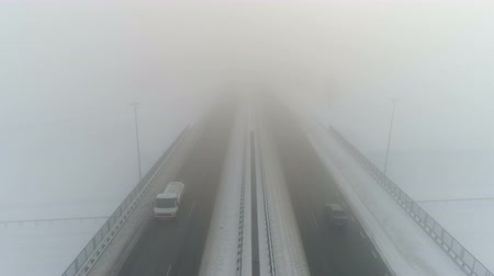 waterrad : De weg van de winter in de mist. Luchtvideo