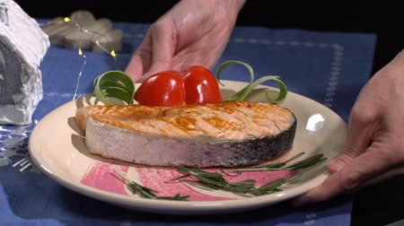 cebolinha : Dish with salmon put on the table. Slow motion