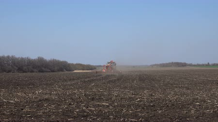 свиноматка : Tractor sows a field in spring
