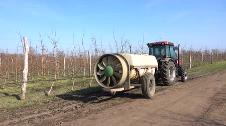 śnieżka : Tractor with a sprayer in the garden