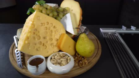 груша : Types of cheeses with nuts and fruit on the table Стоковые видеозаписи