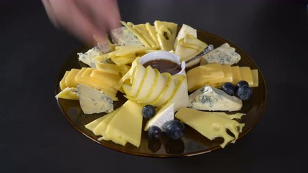 пармезан : Blueberries spread on a plate with cheese