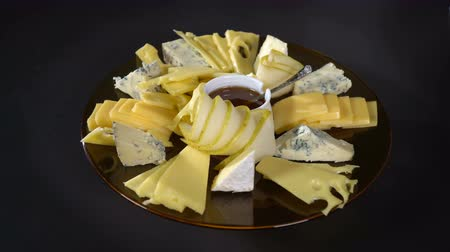 жесткий : Spread a pear with blueberries on a plate of cheese Стоковые видеозаписи