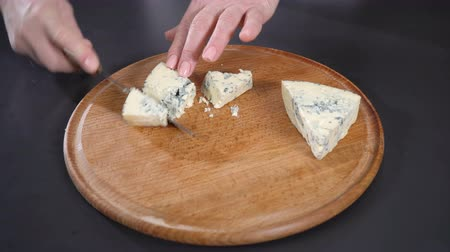 служить : Cook cuts blue cheese
